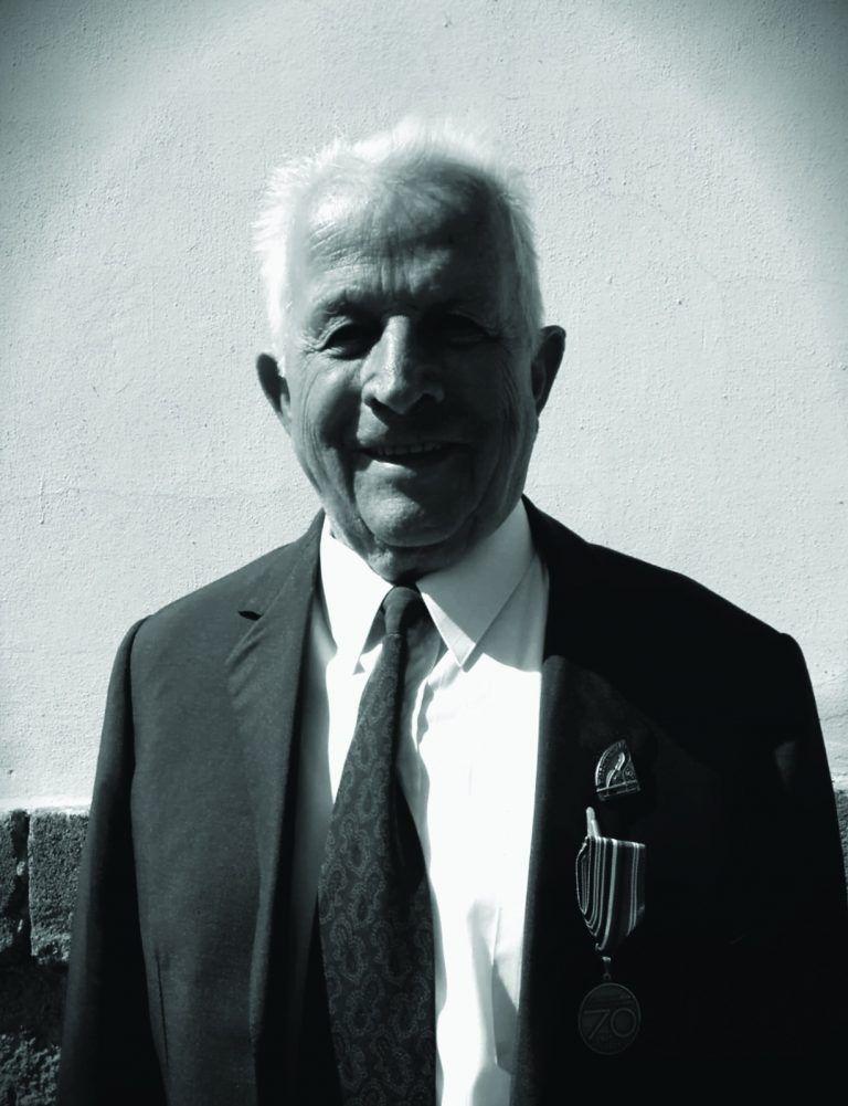 za druhé světové války působil jako partyzán v protifašistickém odboji
